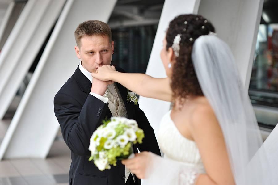 Самые красивые позы для свадебной фотосессии: идеи, фото. фотографии жениха и невесты: лучшие позы. свадебные позы для фотосессии летом, зимой, на мосту, на улице, загсе, во время свадьбы: идеи и фото